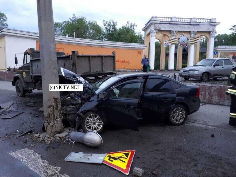 Фото: в Новокузнецке водитель протаранил столб и чудом не пострадал