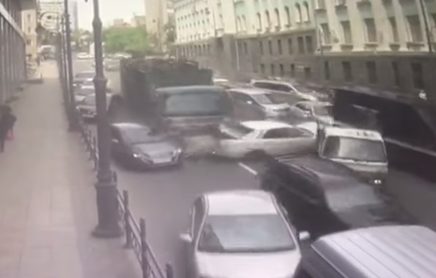 Видео: во Владивостоке грузовик протаранил 19 автомобилей, пострадал ребёнок