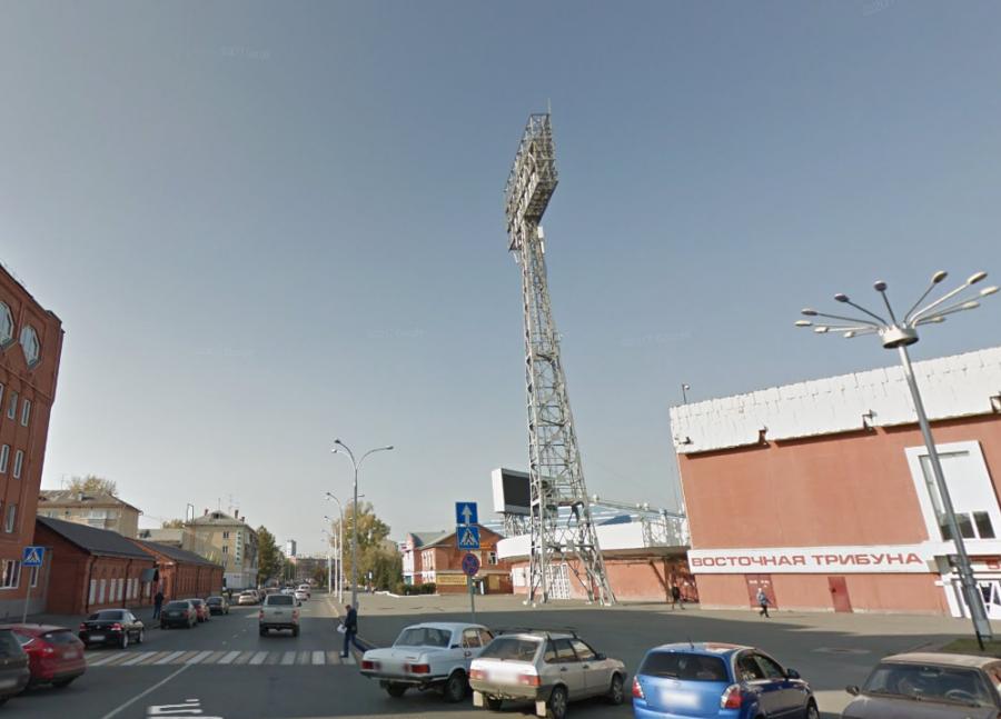 Кемеровчанин забрался на опору освещения стадиона «Химик», полиция проводит проверку