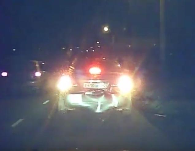 В Кемерове водитель врезался в попутный Chevrolet и скрылся, ДТП попало на видео