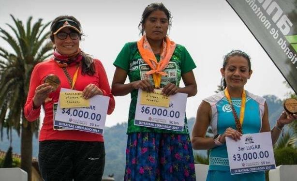 Жительница Мексики выиграла забег на 50 километров в обычных сандалиях и юбке