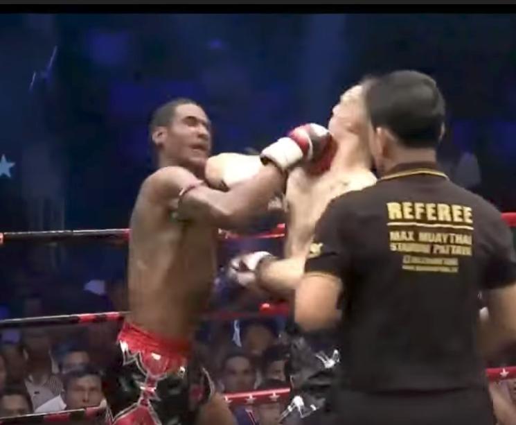 Видео: на турнире по тайскому боксу бойцы отправили друг друга в нокдаун