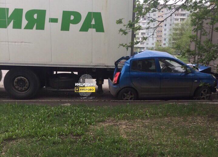 В Кемерове фура «Мария-Ра» сплющила иномарку