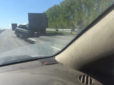 В Кузбассе на трассе ВАЗ врезался в стоявший грузовик, один человек погиб