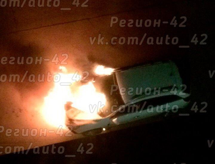 Фото: в ночь на 25 мая в центре Кемерово сгорел Opel Antara