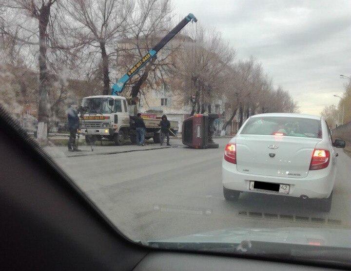 Винтернете  размещено  фото автомобиля, перевернувшегося в основном  районе Кемерова