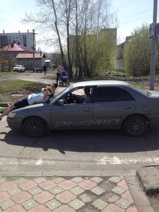 В Междуреченске мужчина катал на капоте авто своих друзей