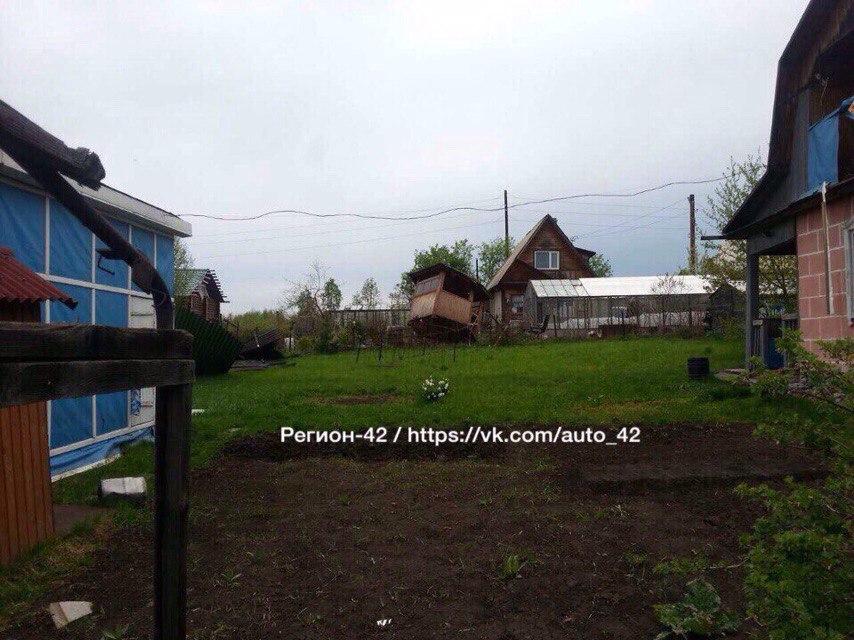 Фото: под Кемеровом сильный ветер перевернул дачный дом, есть пострадавший