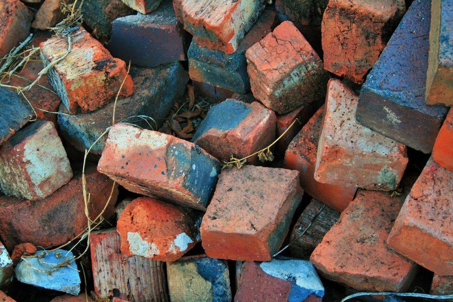 ВКузбассе мужчина умер, разбирая заброшенный дом накирпичи