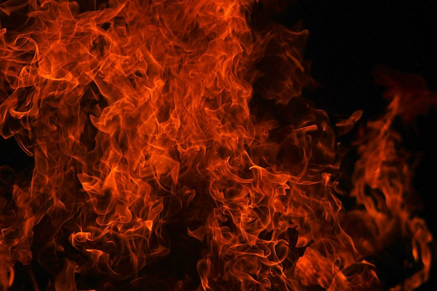 В Кузбассе на трассе сгорел автофургон Schmitz