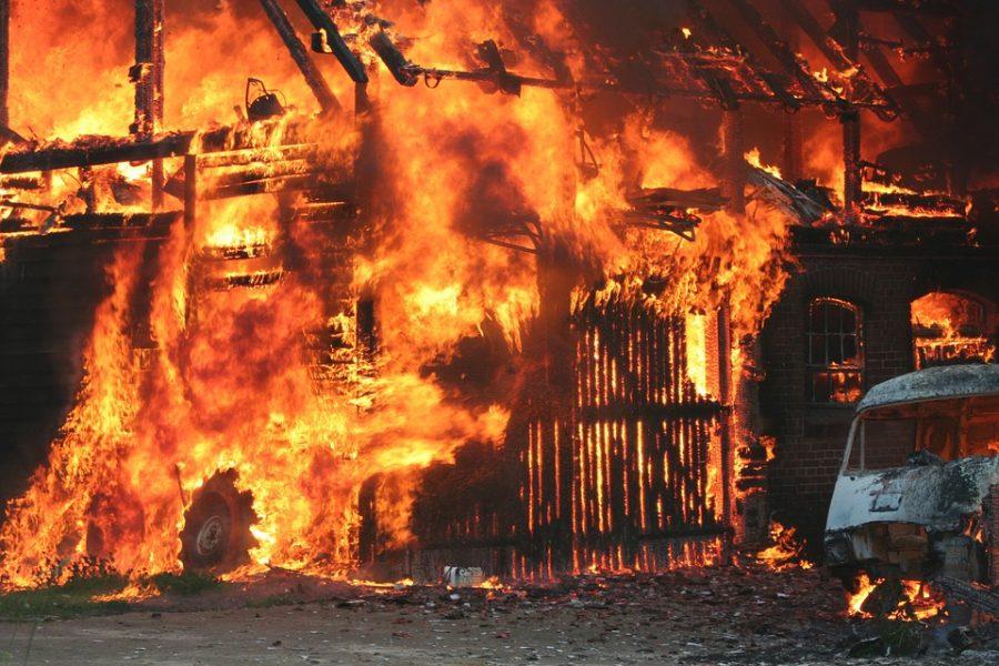 Ночью в Кемерове злоумышленники спалили гараж с автомобилем внутри
