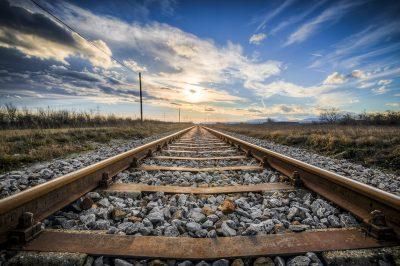 В Кузбассе грузовой поезд сбил двух пешеходов, женщина погибла на месте