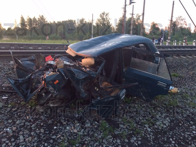 ВКузбассе шофёр «семёрки» столкнулся с 2-мя поездами, выжил и удалился