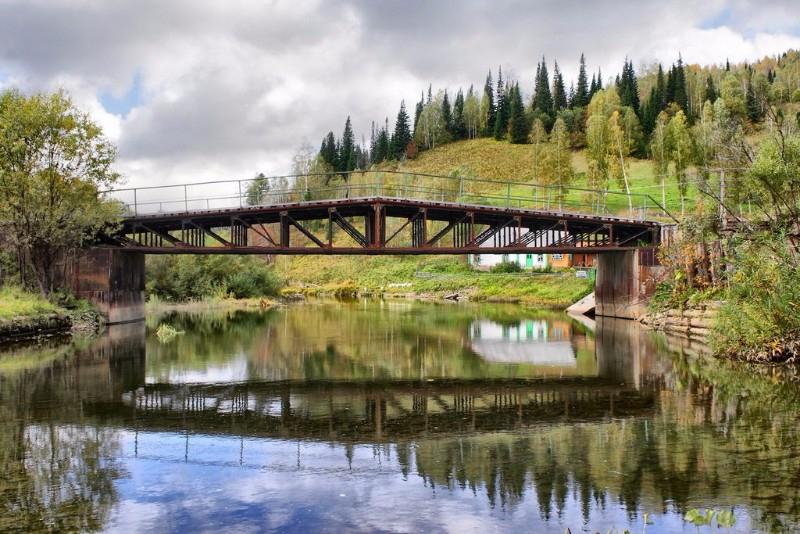 В Кузбассе автоледи перепутала педали и слетела с моста в реку