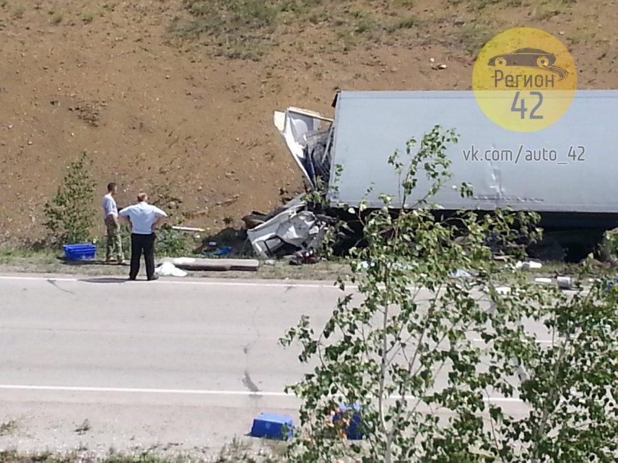 В Сети появились фото последствий ДТП на кузбасской трассе с двумя грузовиками