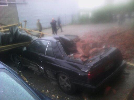 В Кемерове во время урагана упавшие со здания кирпичи расплющили Nissan