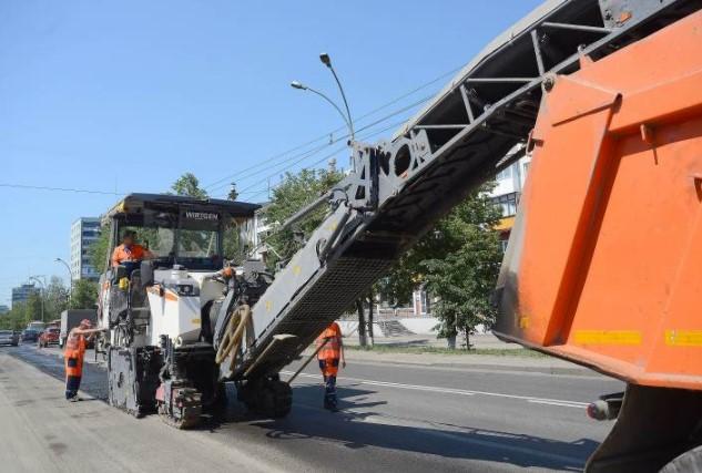 В Кемерове рабочие укладывают устойчивое к образованию колеи дорожное покрытие