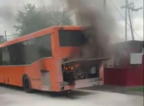 В Кемеровском районе возле садового товарищества горел автобус