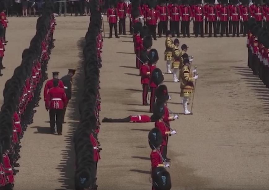 Видео: пятеро гвардейцев потеряли сознание во время парада в честь дня рождения Елизаветы II