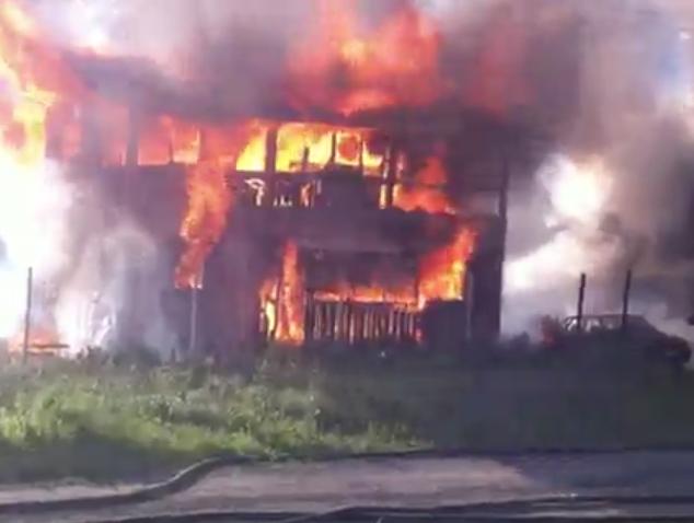 Видео: в Кемерове из-за поджога сгорели частный дом, гараж и авто