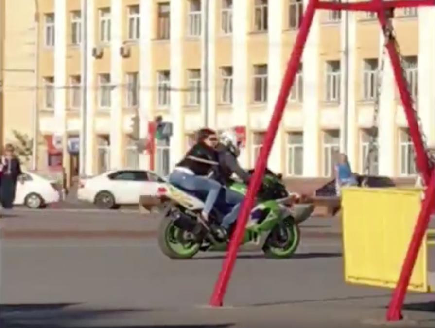 Погоня за мотоциклистом на площади Советов в Кемерове попала на видео