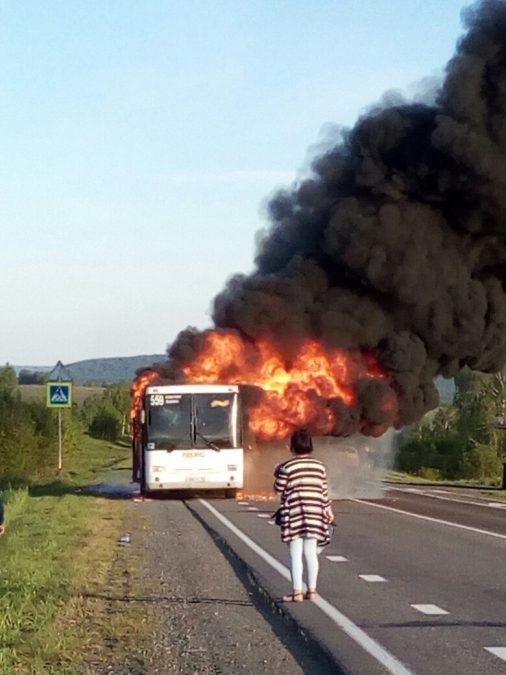 В Сети опубликовали видео полыхающего автобуса на трассе в Кемеровском районе