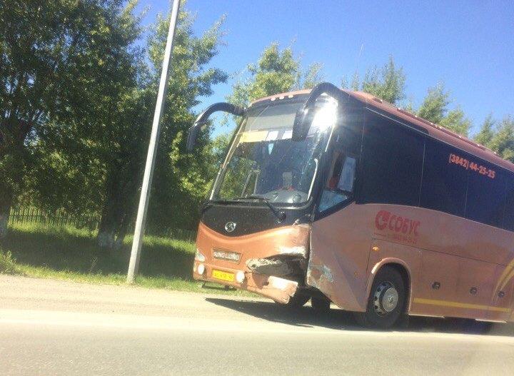 В Кузбассе на трассе произошло тройное ДТП с участием автобуса
