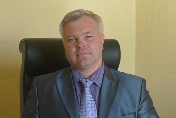 Из-за обвинения внападении насоседей отработы отстранили крупного кузбасского депутата