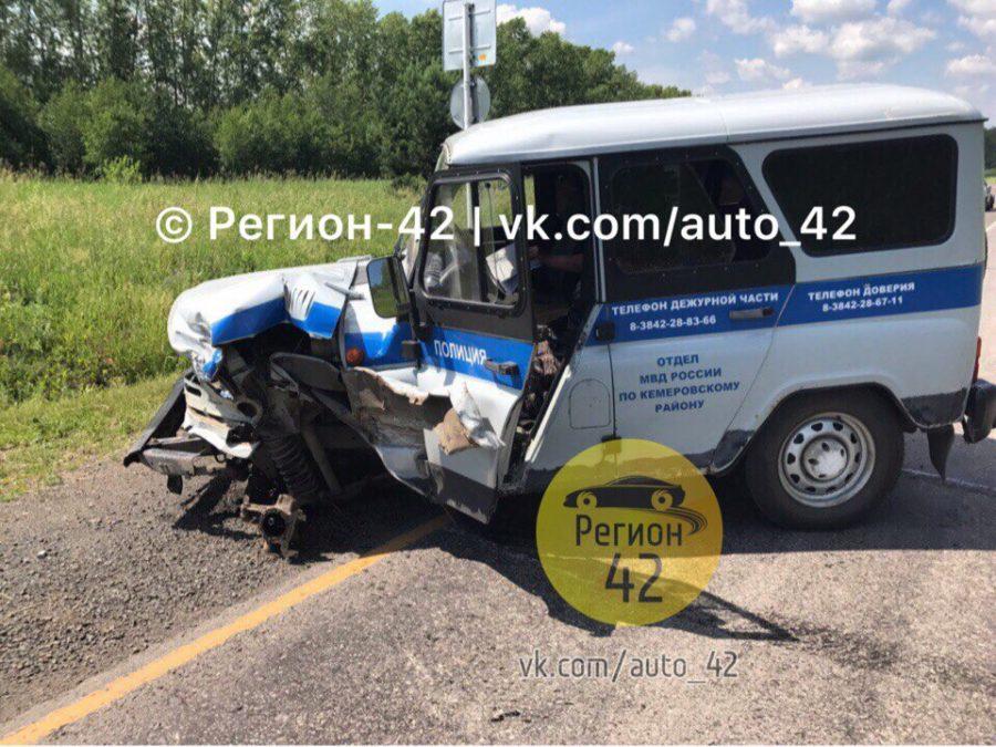Под Кемерово задержанный направил полицейский УАЗ под грузовой автомобиль