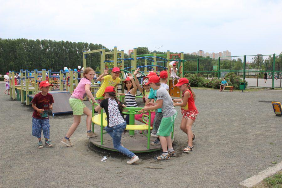 В Кемерове появилась новая детская площадка за 800 тысяч рублей