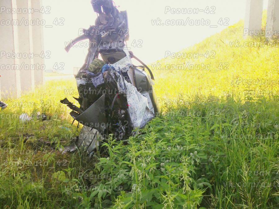В Прокопьевском районе Lada врезалась в опору виадука, водитель погиб на месте