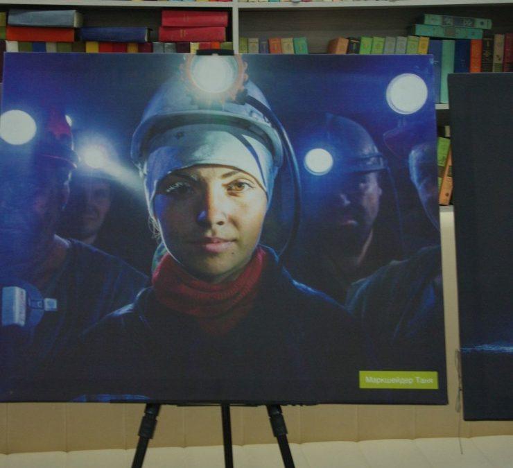 Пять городов Кузбасса посетит передвижная фотовыставка, посвящённая горняцкому труду
