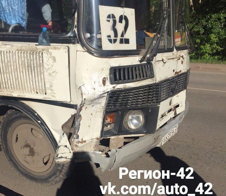 Наулице Дружбы вКемерове автобус протаранил две припаркованные легковушки