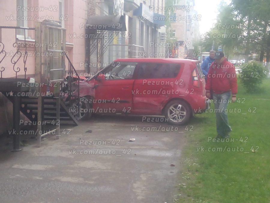 В Сети опубликовали видео ДТП в Кемерове, где водитель Kia врезался в дом