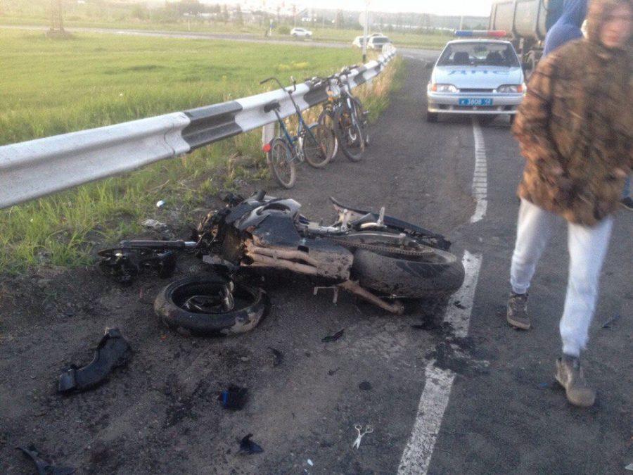 Видео: в Кузбассе на трассе в ДТП с мотоциклом один человек погиб и трое пострадали