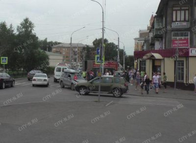 В Новокузнецке столкнулись два авто, Ford Fusion отбросило на пешеходов