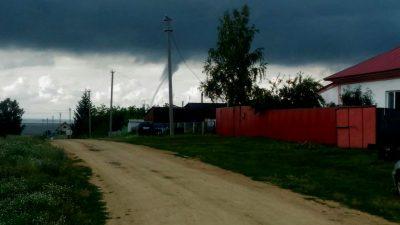 Очевидцы сняли на фото и видео водяной смерч под Новосибирском