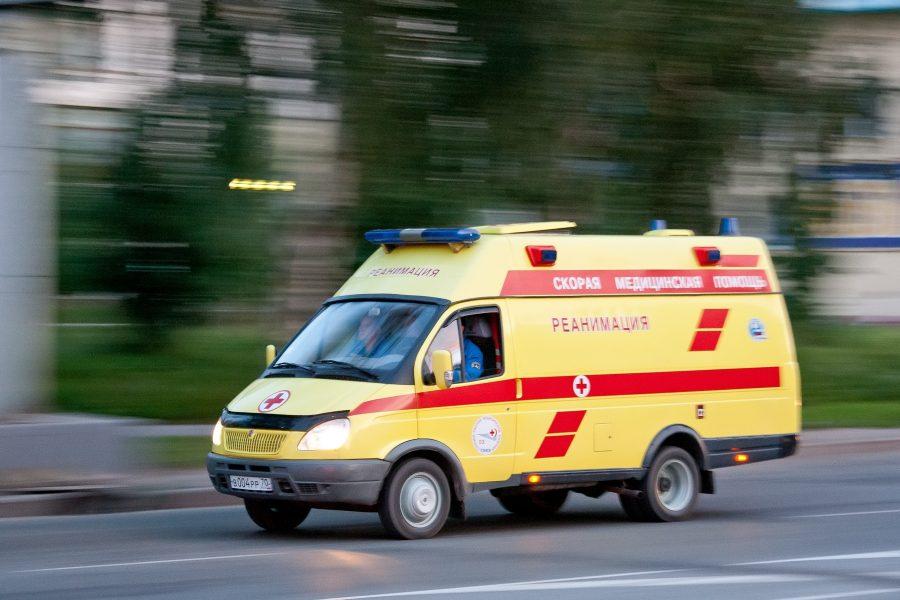 В Кемерове на рынке водитель грузовика наехал на торговое оборудование и травмировал продавца