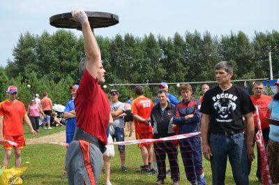 Кузбассовец поднял крышку канализационного люка 155 раз и установил рекорд области