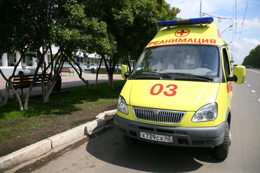 В Кемерове водитель сбил женщину на остановке и уехал