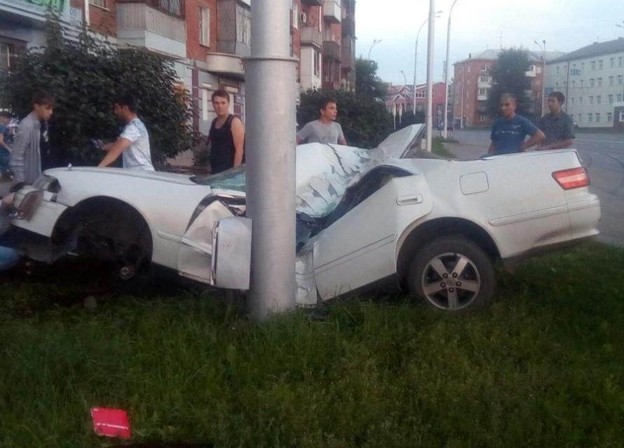 В ГИБДД рассказали подробности аварии в Кемерове, где иномарка «обняла» столб