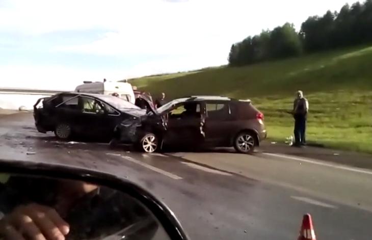 Видео: в Кузбассе на трассе женщина за рулём Ford устроила ДТП с четырьмя пострадавшими