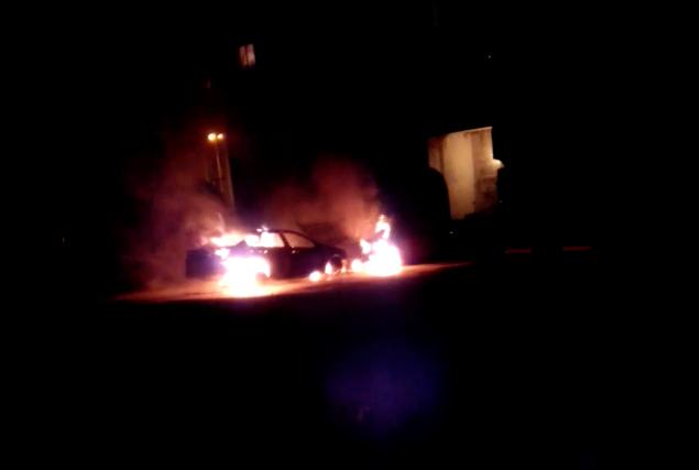 Видео: ночью в Кузбассе из-за поджога сгорели две «Тойоты», «Шевроле» и «Мерседес»