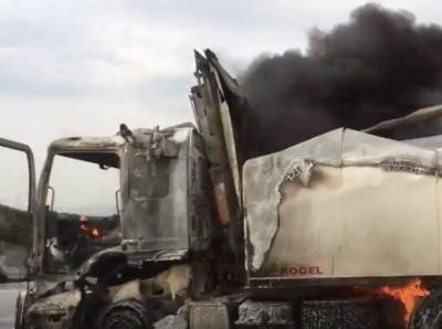 Видео: на трассе в Кузбассе после ДТП сгорела фура