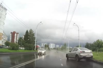 Видео: кемеровский водитель чудом избежал от лобового столкновения после ливня