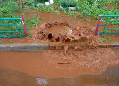 В Кемерове один из дворов затопило ржавой водой из колодца
