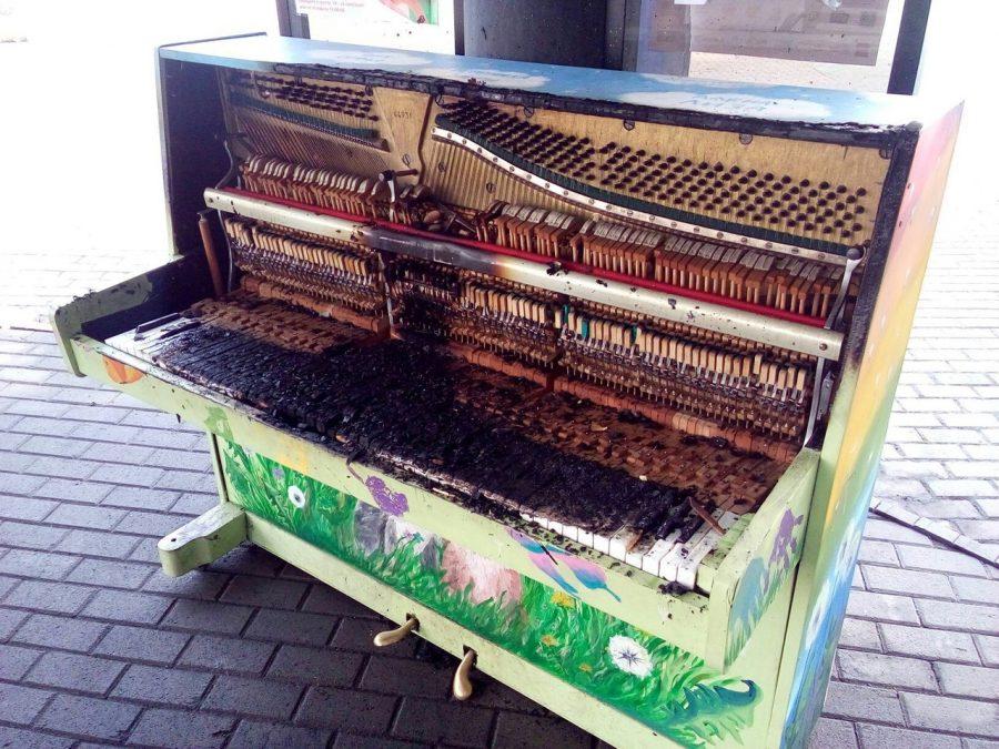 В Новокузнецке вандалы сожгли уличное пианино