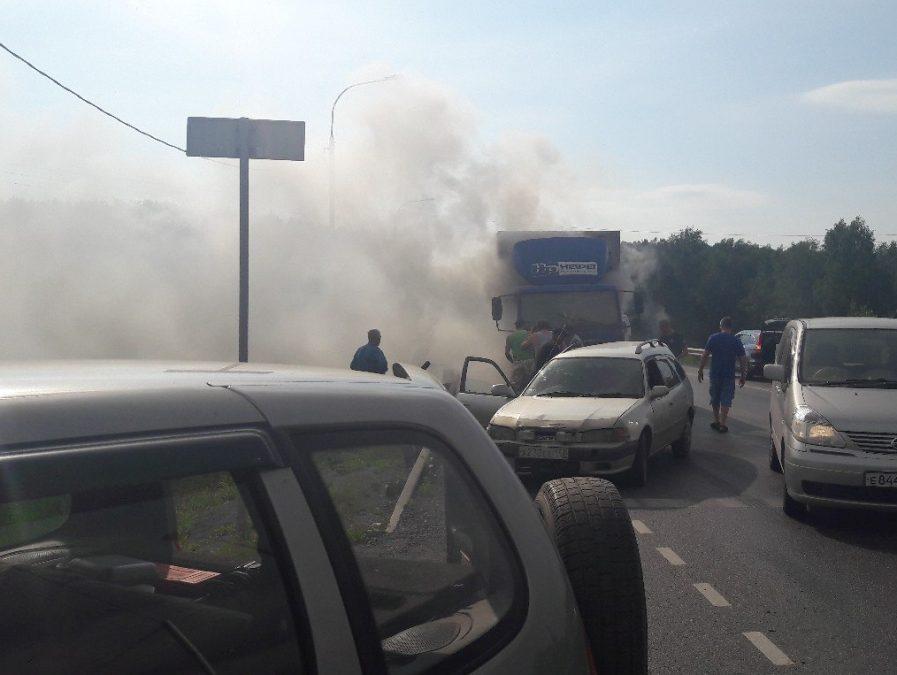 Фото: в Кемеровском районе на трассе горел грузовик