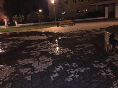 В Междуреченске демонтируют сломанный фонтан, заливший ночью проспект Коммунистический