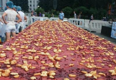В Кузбассе испекли вишнёвый пирог весом более 400 килограммов